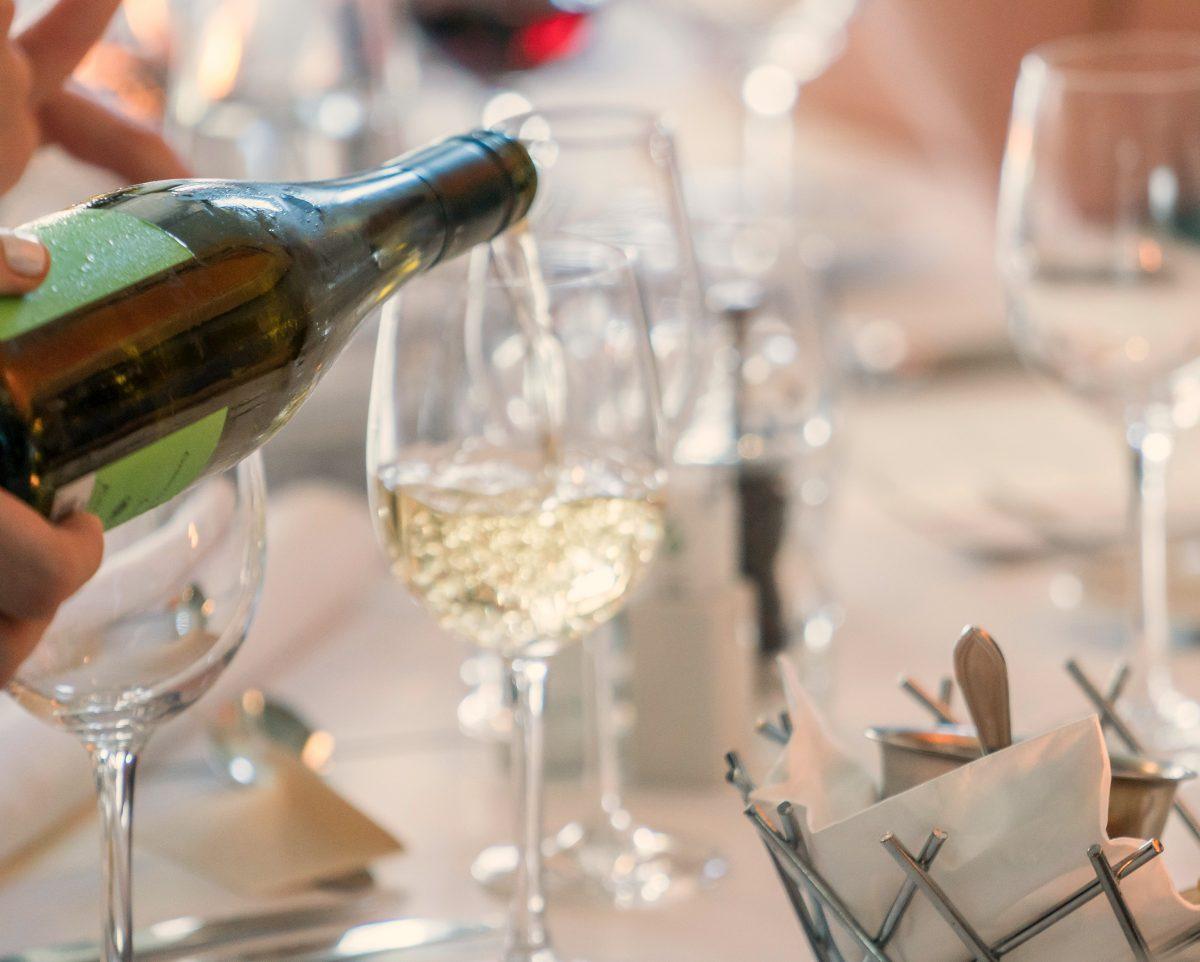 Kuinka paljon varata viiniä vierasta kohden?