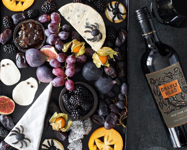 Halloween-tarjottavat: Karmiva juustotarjotin ja hyvä punaviini