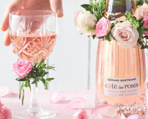 Viiniä lahjaksi: Ruususeppele viinipullon koristeeksi