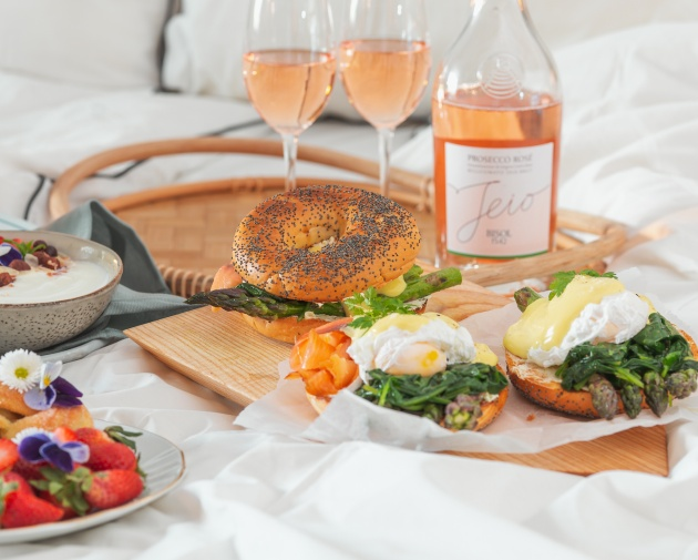 Eggs Florentine -bagelit brunssille
