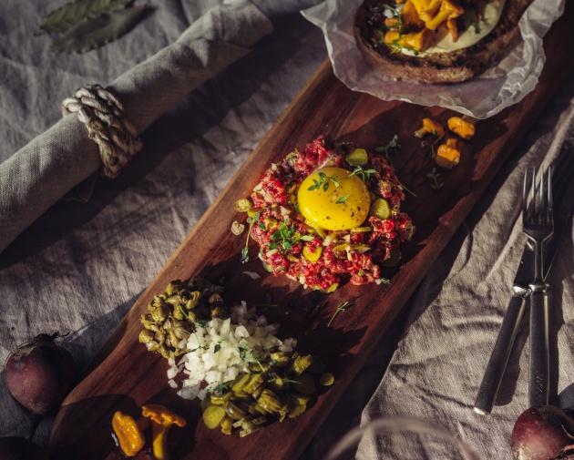 Tartar, kantarellitoast ja pinot noir